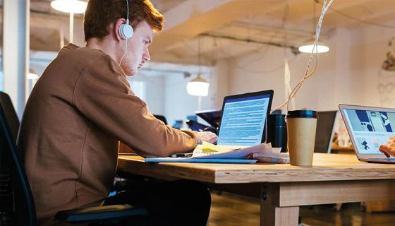 Zwei Personen arbeiten am PC in einem Loft-Büro