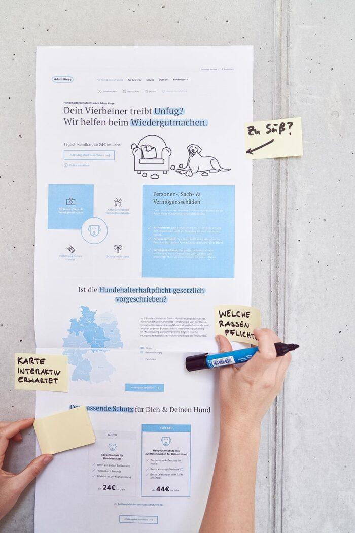 Konzept eine Webseite hängt ausgedruckt an einer Betonwand