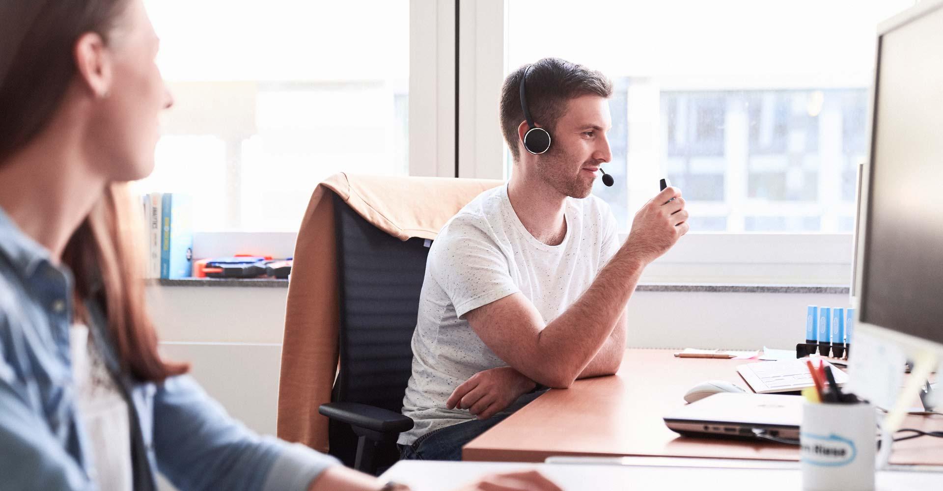 Mann telefoniert via Headset