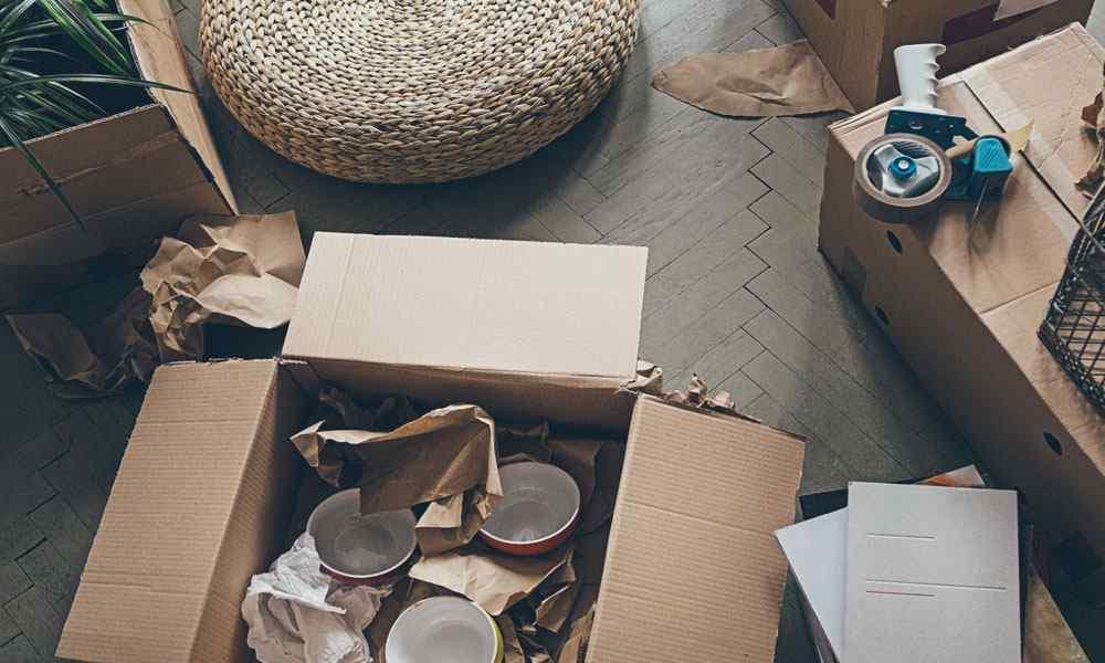 Umzugskartons auf dem Boden eines Zimmers