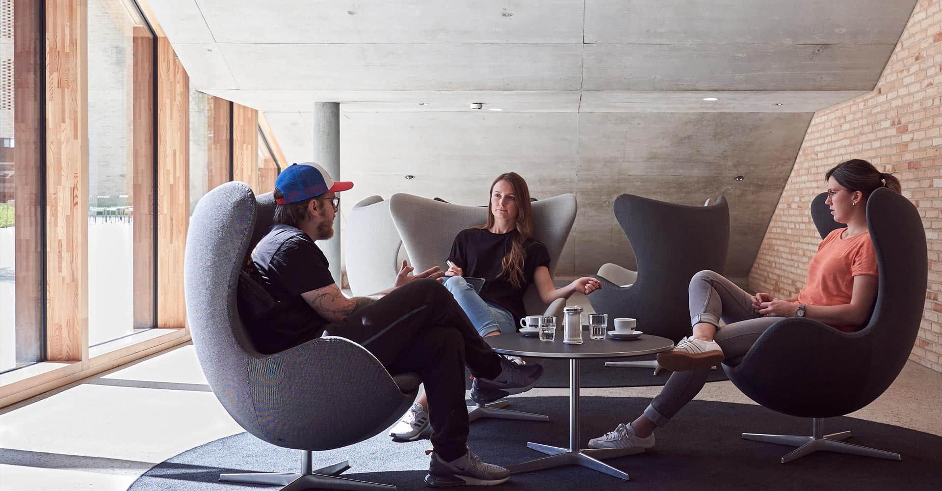 Drei Personen unterhalten sich