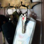 Schlüssel hängen an Schlüsselbrett