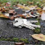 Ein Schlüssel liegt auf einer gepflasterten Straße.